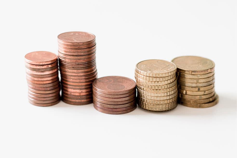 kleingeld op tafel in stapeltjes