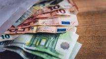 geld in enveloppe op tafel