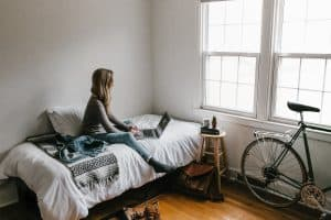student op kamer aan het studeren